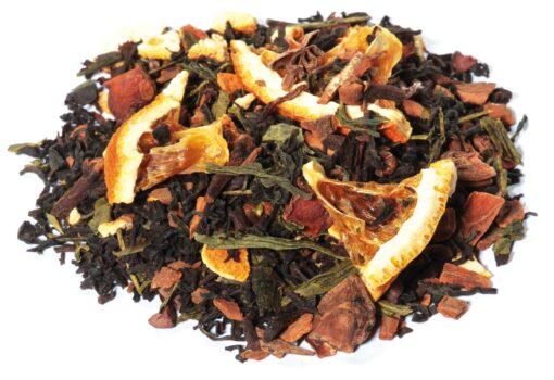 Notre thé de Noël est composé de thés noirs de Ceylan, d'Inde du Sud et de Chine, avec des morceaux de cannelle, du thé vert de Chine Sencha, de la badiane cassée, du cacao, des écorces d'orange, des clous de girofle, un arôme, des morceaux d'orange, de la coriandre, du cumin, du fenouil, de l'anis, de la noix de muscade, de la vanille bourbon et de la cardamome moulue.
